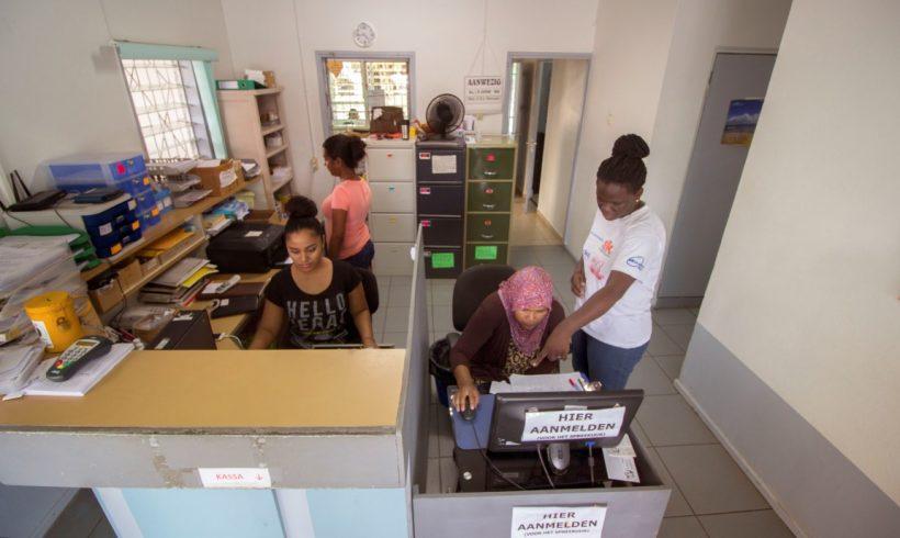 Assistenten achter de balie in de wachtkamer